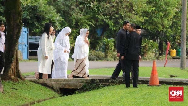 Kahiyang Ayu dan Iriana Jokowi saat salat Idul Fitri di Bogor