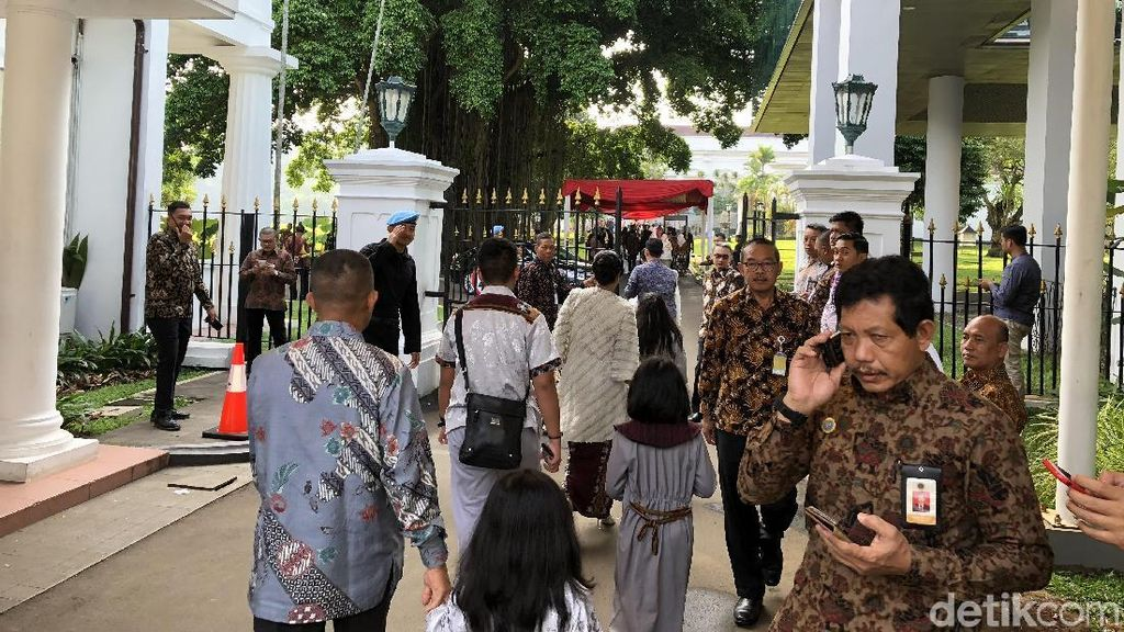 Warga Mulai Datangi Istana Bogor untuk Bersalaman dengan Jokowi