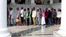 Foto: Saat Warga Bersendal Jepit Hingga Bawa Caping Bertemu Jokowi