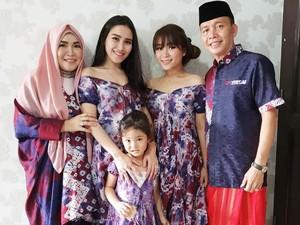 Ayu Ting Ting Pakai Baju Pundak Terbuka saat Lebaran, Netizen Meradang