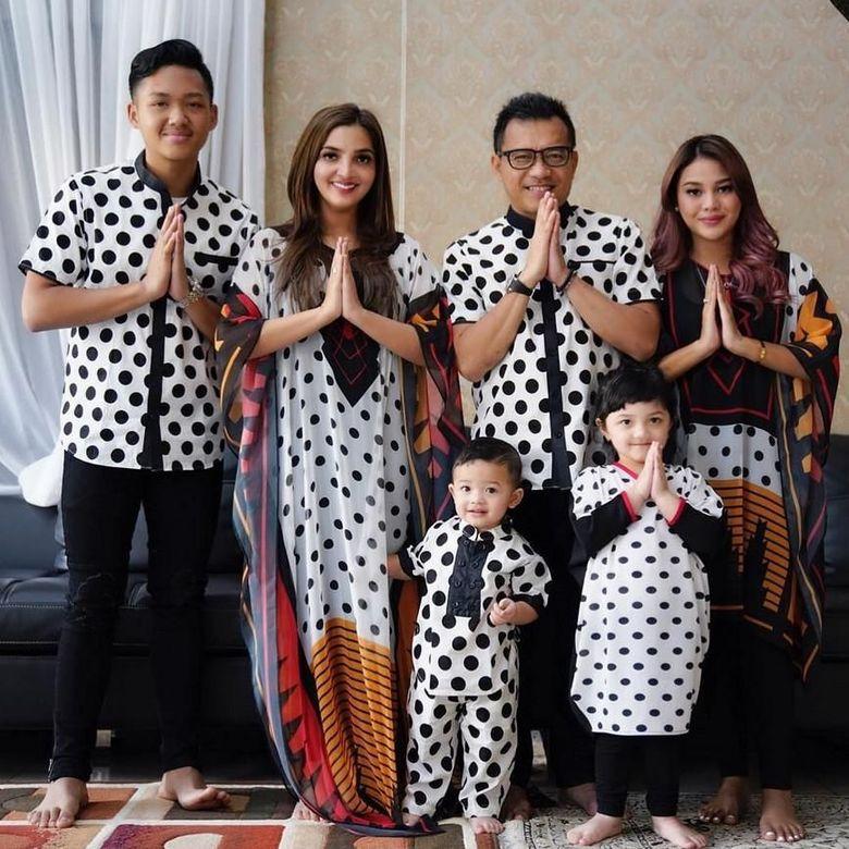 Nah yang ini gaya lebarannya keluarga Asix. Foto: Lebaran Artis (Instagram)