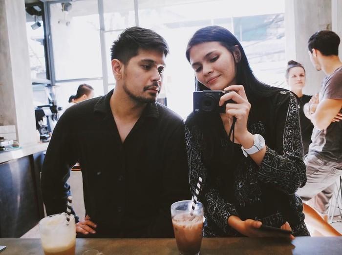 Romantisnya Petra dan sang istri, ketika menikmati minuman bersama di sebuah kafe ketika mereka berlibur. Foto: Instagram @petra_sihombing