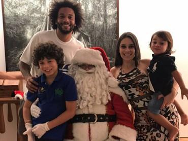 Si kecil Liam kelihatan paling senang saat foto bareng Santa. (Foto: Instagram/marcelotwelve)