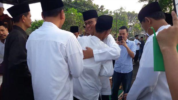 Anies halalbihalal bersama warga di makam /