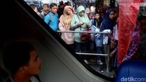 Antrean Bus Wisata Keliling Jakarta Mengular
