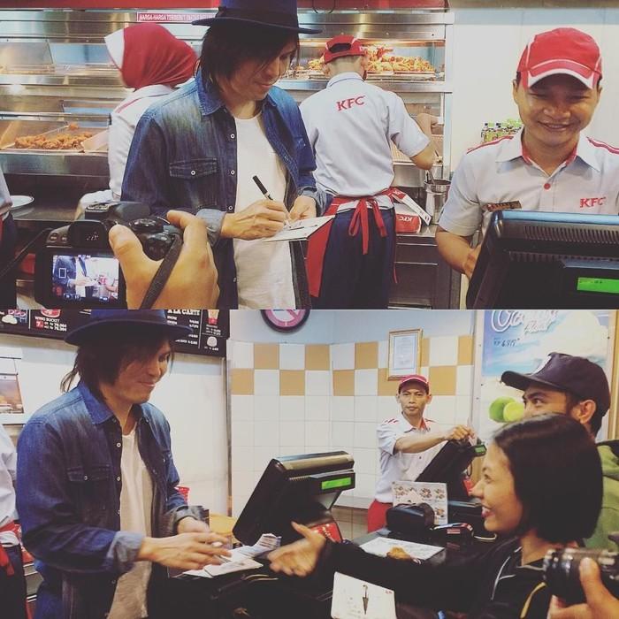 Gimana ya rasanya beli makanan fast food tapi dilayani penyanyi kondang? Lihat ini aksi Once saat melayani pengunjung restoran sambil memberikan tanda tangan. Seru ya! Foto: Instagram @oncemekelofficial