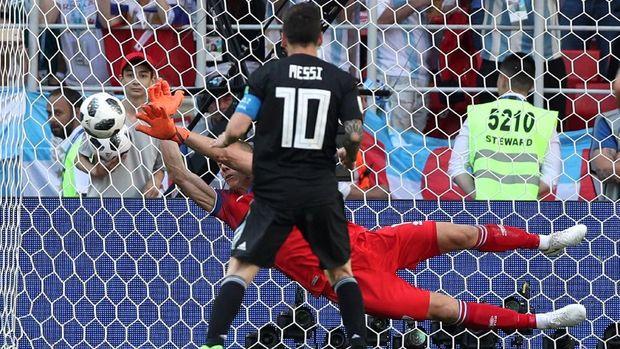 Penalti Lionel Messi ditepis Hannes Halldorsson pada laga Argentina vs Islandia.