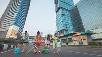 Unik! Piknik hingga Nyetrika di Tengah Jalan Ibu Kota yang Kosong
