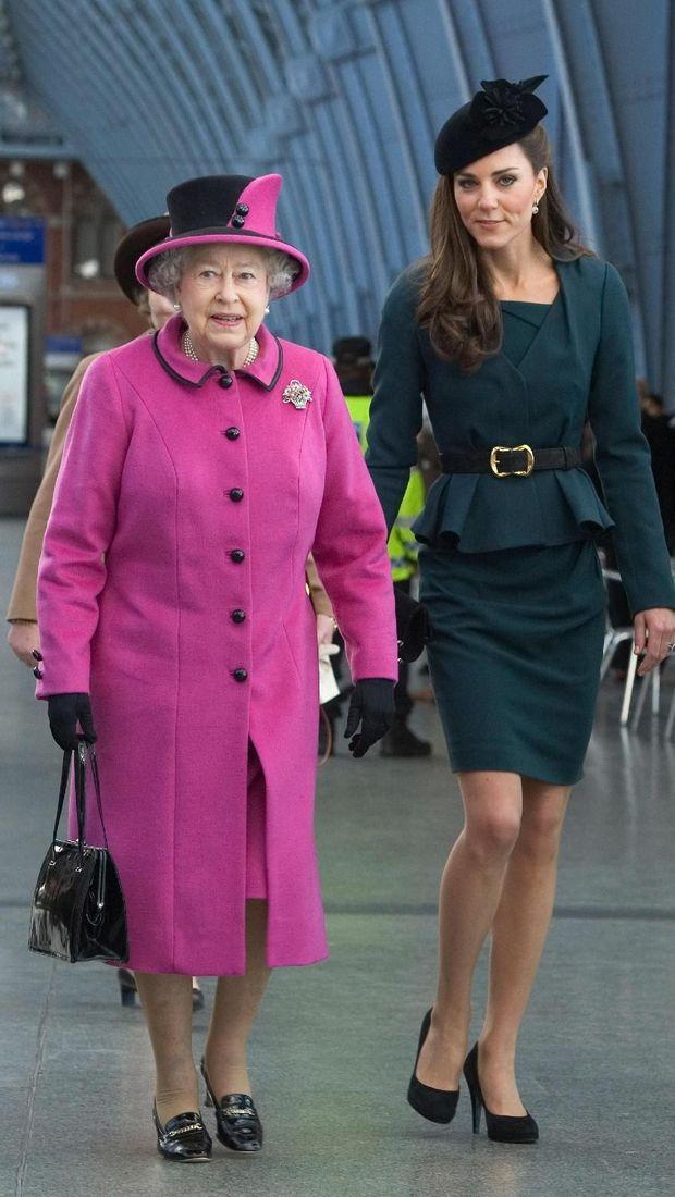 Kate Middleton dan Ratu Elizabeth II pada 2012 silam.