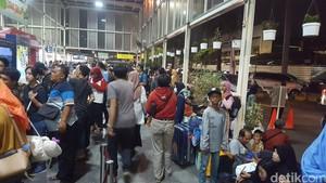 Hari Kedua Lebaran, Stasiun Senen Masih Dipadati Pemudik