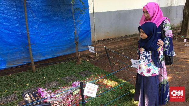 Warga sengaja mengunjungi makam Jupe untuk berdoa.
