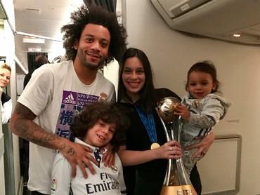 Tiap pertandingan Marcelo ajak keluarga terus nih untuk dapat dukungan terbaik. (Foto: Instagram/claricealves)