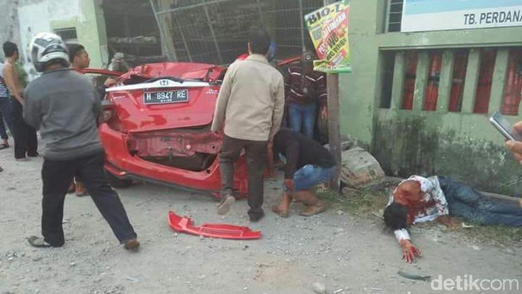 Mobil Bawa Miras Tabrak Toko Bangunan di Demak, 5 Orang Luka