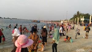 Meski Dengar Kabar Buaya di Priok, Warga Tetap Berenang di Ancol