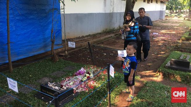 Meski sudah dilarang menaburkan bunga, penggemar tetap melakukannya di makam Jupe.