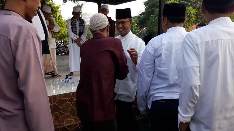 Foto: Anies Halalbihalal dengan Warga di Makam
