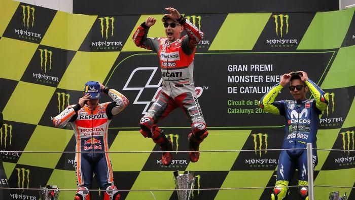 Jorge Lorenzo melakukan perayaan saat di podium MotoGP Catalunya. (Foto: Jon Nazca/Reuters)