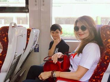 Happy-nya Zou saat naik kereta bersama bunda. (Foto: Instagram/ @tamarableszynskiofficial)