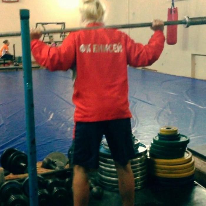 Latihan squat ditambah beban untuk melatih otot bagian bawah. Foto: Instagram/Еkostyuninaa