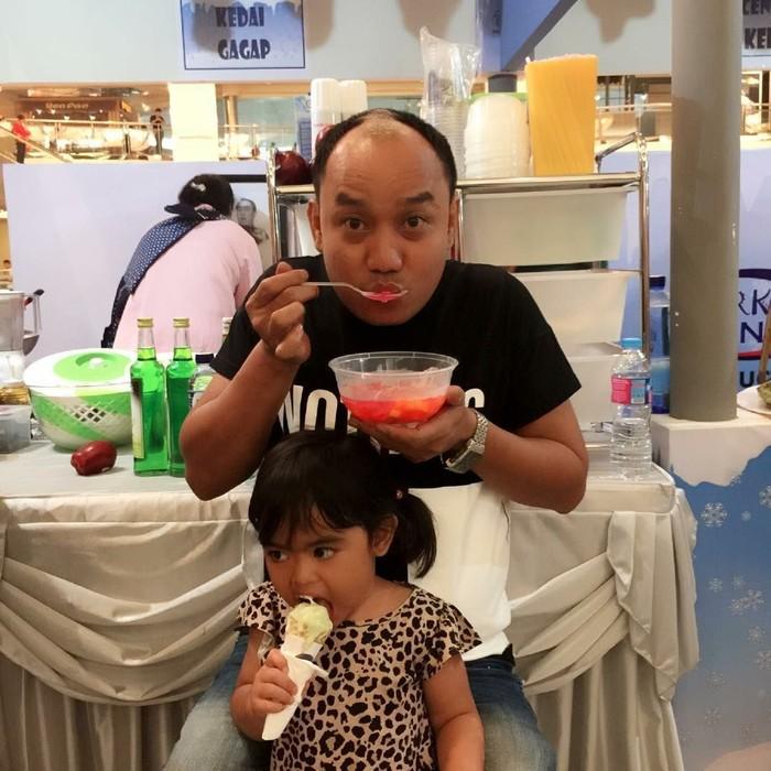 Aziz Gagap tidak pernah gagal membuat tawa masyarakat Indonesia. Tingkahnya yang lucu sukses membuat gelak tawa penonton. Ternyata ia juga lucu kalau sedang berkumpul dengan keluarganya. Lihat saja gayanya saat melahap es buah ini. Foto: Instagram ajis_gagap22