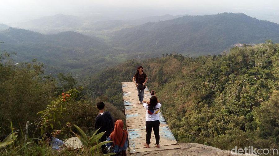 Di kawasan Kebun Teh Nglinggo ini terdapat Bukit Ngisis yang bisa dipakai untuk selfie dengan mobil jeep ditanam berada di tepi jurang maupun selfie dengan pemandangan pegunungan. (Eko Susanto/detikTravel)