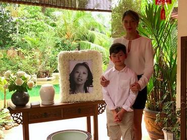 Saat Tamara dan si kecil Kenzou mengenang mendiang omanya Kenzou, nih. (Foto: Instagram/ @tamarableszynskiofficial)