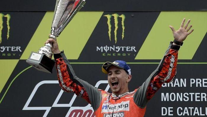 Jorge Lorenzo mengangkat trofi kemenangan di MotoGP Catalunya. (Foto: Josep Lago/AFP PHOTO)