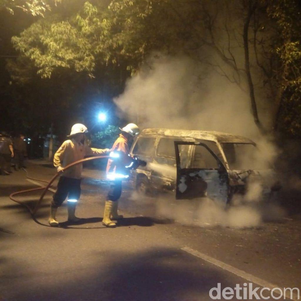 Hendak Balik ke Sidoarjo, Mobil Pemudik Ini Terbakar di Jombang