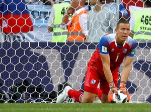 Usai Ronaldo, Giliran Messi yang Dibikin Hannes Halldorsson Frustrasi