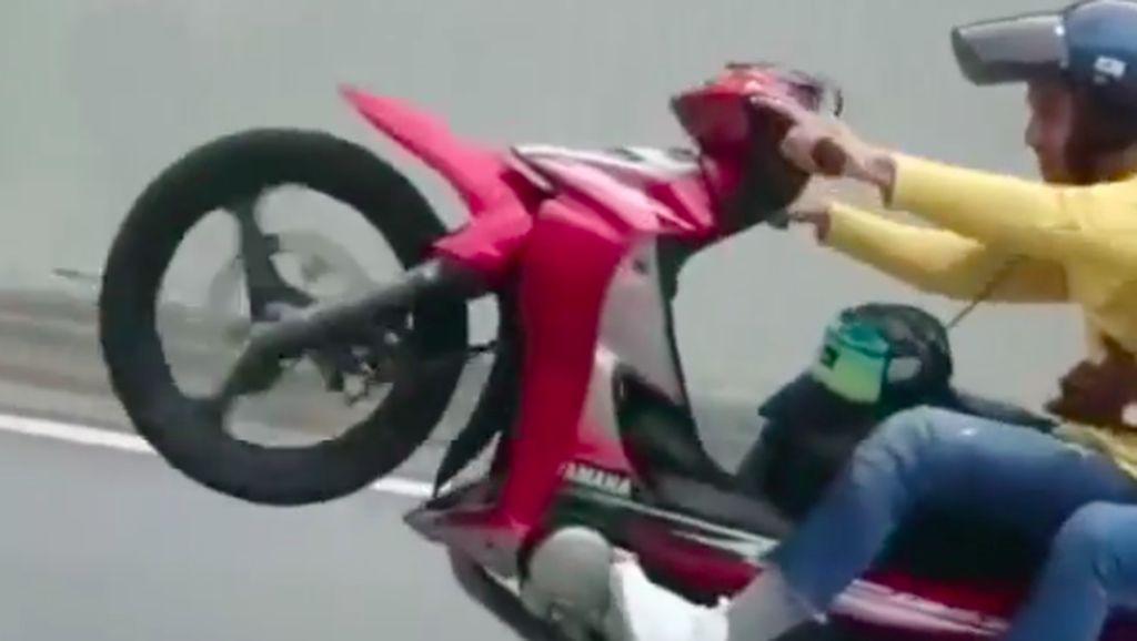 Gaya-gayaan Wheelie Naik Motor Bebek Ngikutin Rossi, Eh Nyusruk!