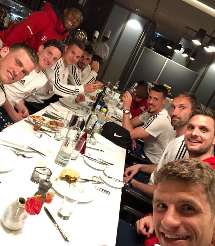 Tengah fokus di laga Piala Dunia 2018, Muller jadi sorotan. Ini posenya saat makan bersama pemain klub Bayern Munich beberapa waktu lalu. Foto: Instagram esmuellert