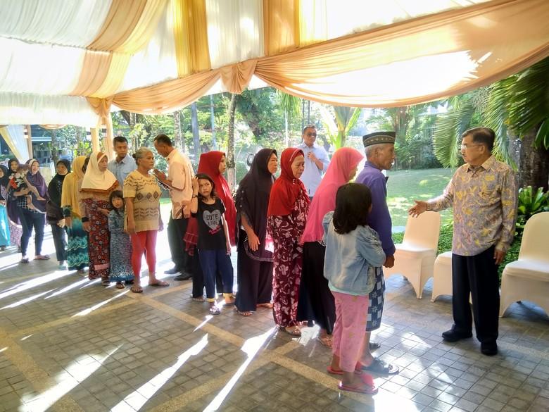 Ingin Salaman dan THR, Warga Makassar Antre Hadiri Open House JK