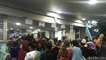 Ragunan Tutup, Pengunjung Penuhi Halte TransJakarta