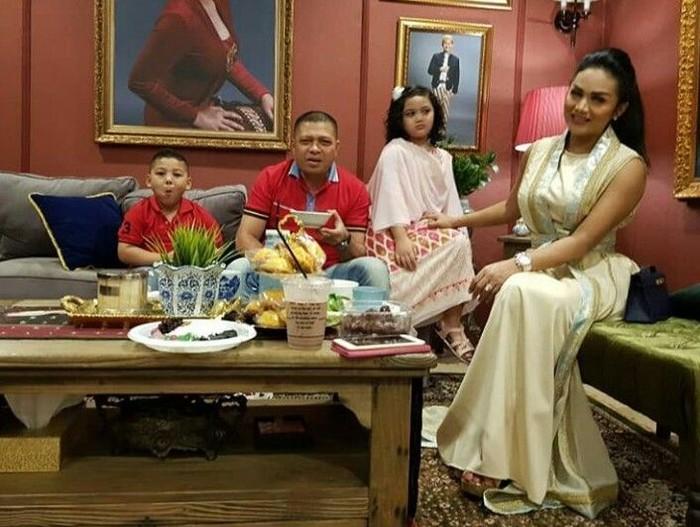 Berbuka puasa memang paling enak bersama keluarga. Kali ini Krisdayanti bersama suami dan anaknya menyempatkan diri untuk berkumpul bersama sambil buka puasa. Foto: Instagram @krisdayantilemos