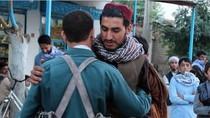 Militan Taliban dan Tentara Afghanistan Pelukan saat Jeda Idul Fitri