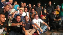 Duduk Lesehan, Sandiaga Nobar Piala Dunia di Jakarta Fair