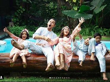 Lebaran ala keluarga Widi dan Dwi Sasono. Lihat deh gaya foto mereka, konyol ya. (Foto: Instagram/ @widimulia)