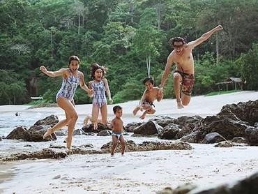 Ayah Dwi dan Bunda Widi melompat bersama Dru (10), Widuri (8) dan Den Bagus (3). Yeay! (Foto: Instagram/ @widimulia)