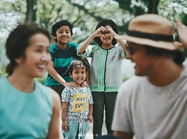 Kalau kata Bunda Widi, tiga anak di belakang itu adalah saksi kunci keeroran dirinya dan sang suami. Hi-hi-hi. (Foto: Instagram/ @widimulia)