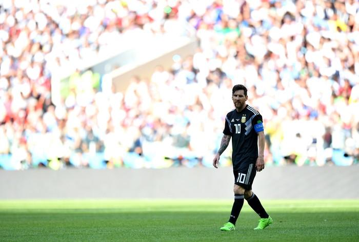 Sang kapten tim Argentina pada Piala Dunia 2018 ini memang dikenal bertubuh mungil dengan tinggi badan 169 cm. Barcelona bahkan menjuluki Lionel Messi sebagai el pequeño mudito atau si mungil pendiam. Foto: Dan Mullan/Getty Images