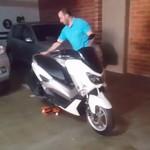 Pakai Alat Mirip Skate Board, Memindahkan Yamaha Nmax Jadi Enteng