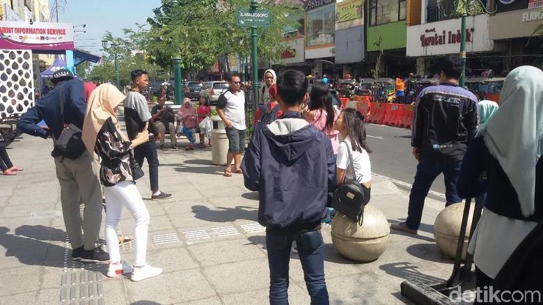 Ramai wisatawan selfie dan foto-foto di tulisan Malioboro (Edzan Raharjo/detikTravel)