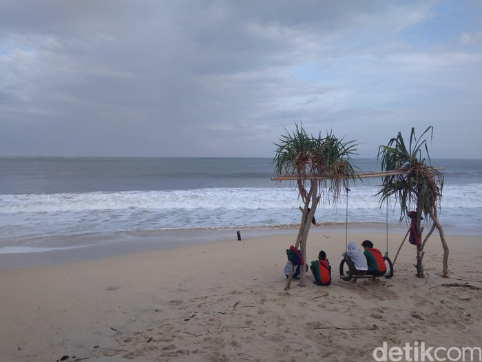 Polisi Imbau Wisatawan Tak Berenang Di Pantai Santolo Garut