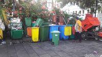 Jorok! Pengunjung Kota Tua Banyak yang Buang Sampah Sembarangan