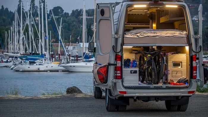 Tinggal di dalam van merupakan tren orang-orang di Amerika dan Eropa. Tapi van yang satu ini beda dari yang lain karena punya rumah mungil di dalamnya.