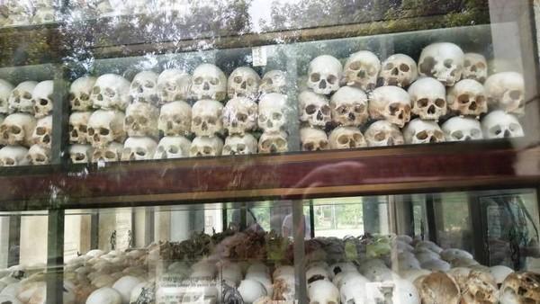 Tempat terkenal di Phnom Penh adalah Killing Fields atau Choeung Ek Genocidal Center. Tempat ini menyimpan ribuan tengkorak korban kekejaman rezim Khmer Merah (Martha Simandjuntak/dTraveler)