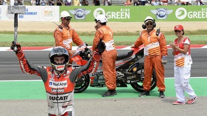 Jorge Lorenzo merayakan kemenangannya di MotoGP Catalunya (Foto: Lluis Gene/AFP)