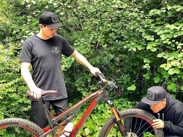 Selain latihan di gym, Lorenzo juga dikenal gemar bersepeda. Foto: Instagram/jorgelorenzo99