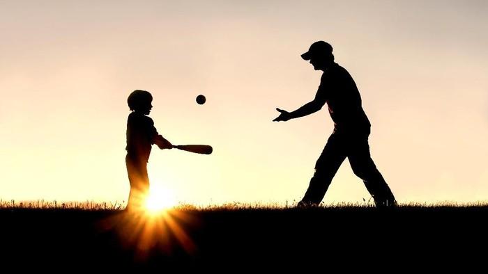 Dad shaming bisa membuat ayah tak nyaman menghabiskan waktu dengan anak. (Foto: Thinkstock)
