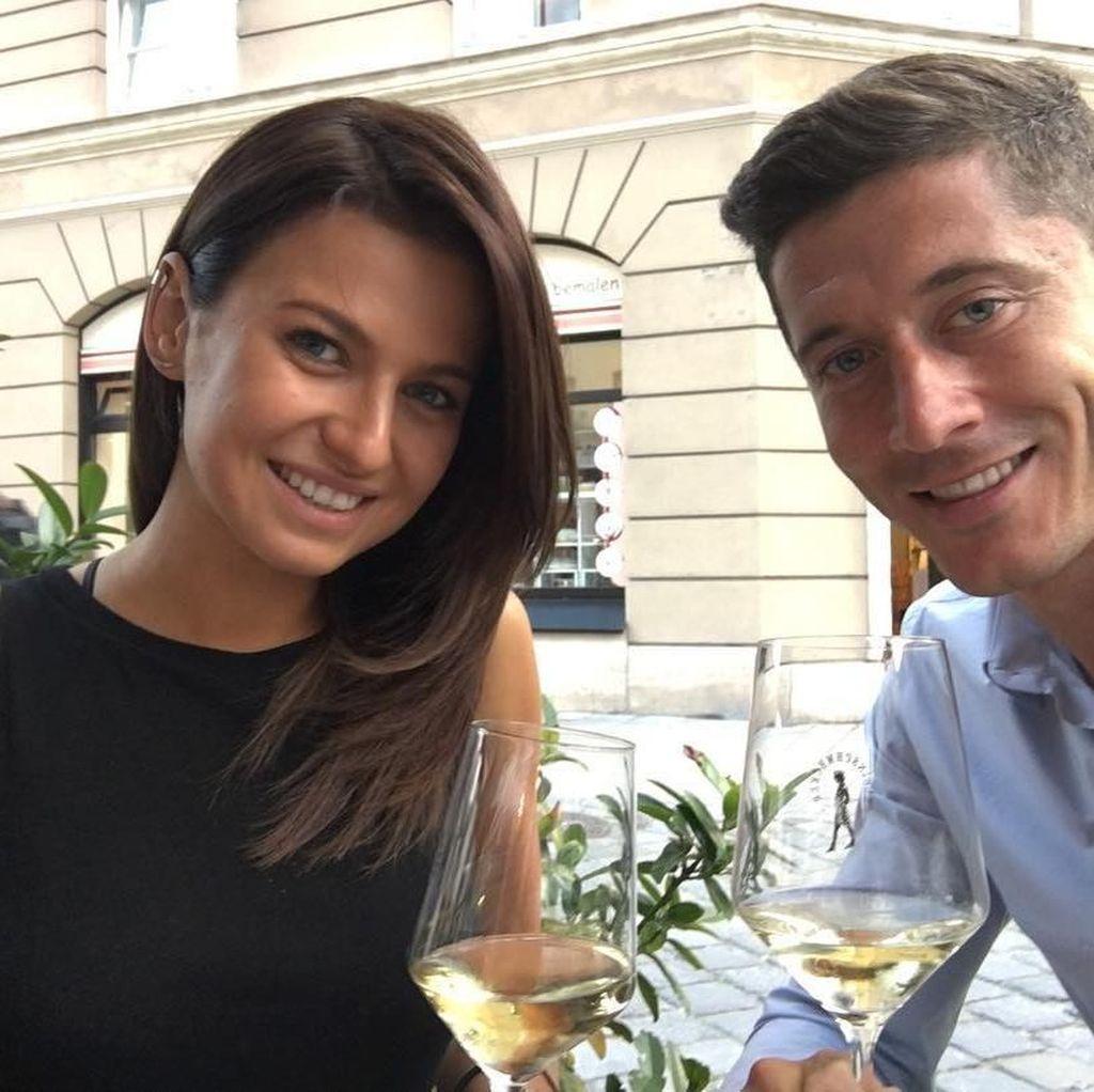 Lihat Gaya Si Tampan Robert Lewandowski Saat Makan Bareng Istri dan Temannya